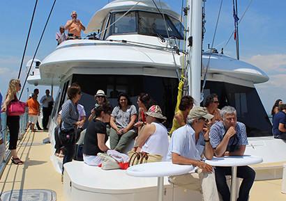 Journée entreprise catamaran en Méditerranée