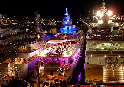 Reception avec cocktails sur un yacht privatise