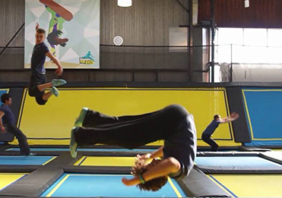 Team building trampoline saut